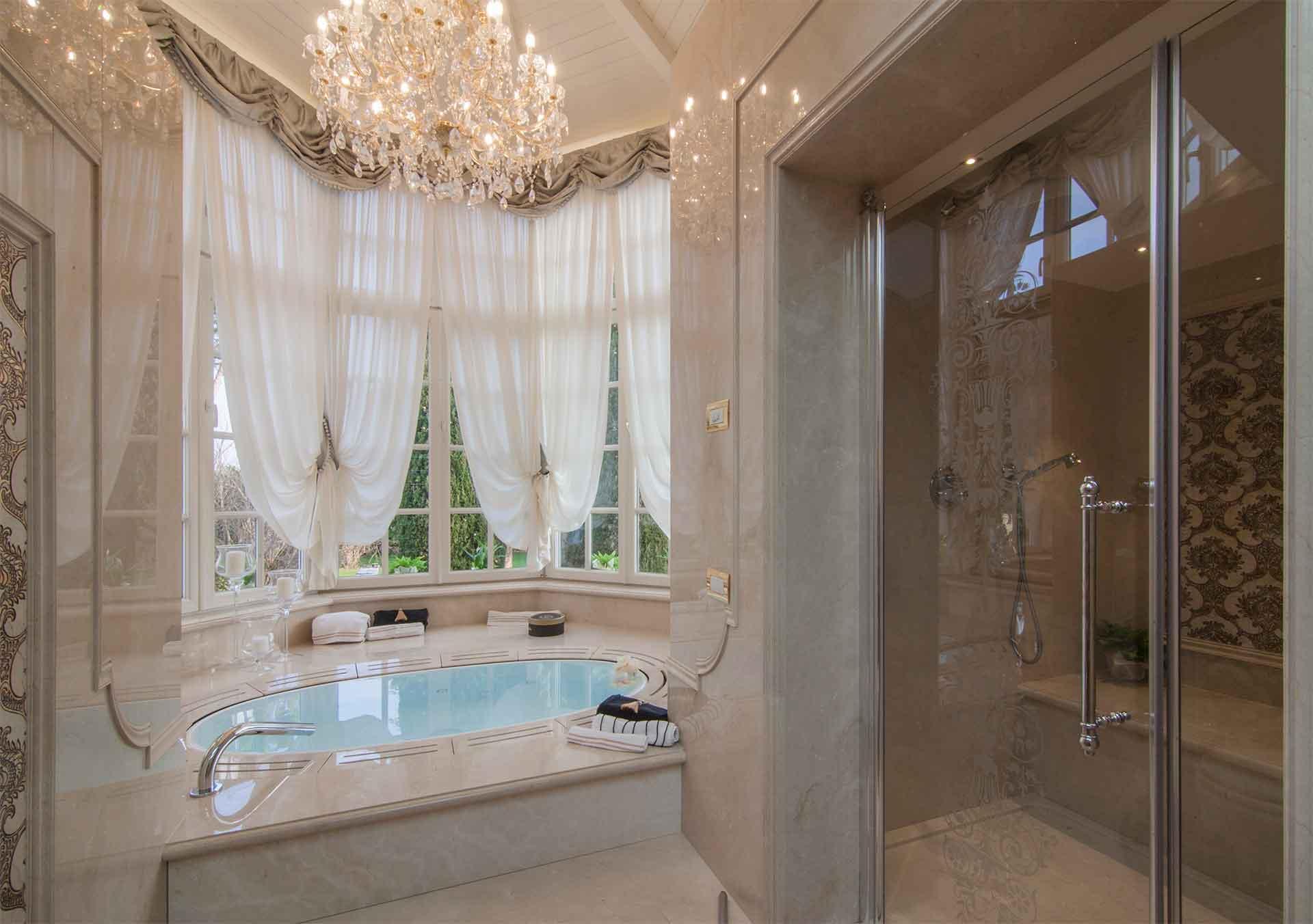 ванная с мебелью премиум класса оформление