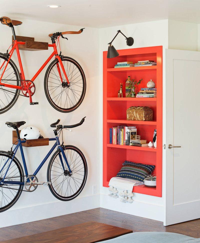 Хранение велосипедов в прихожей загородного дома
