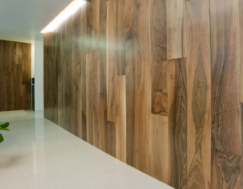Вертикальная облицовка стены ламинатом под дерево