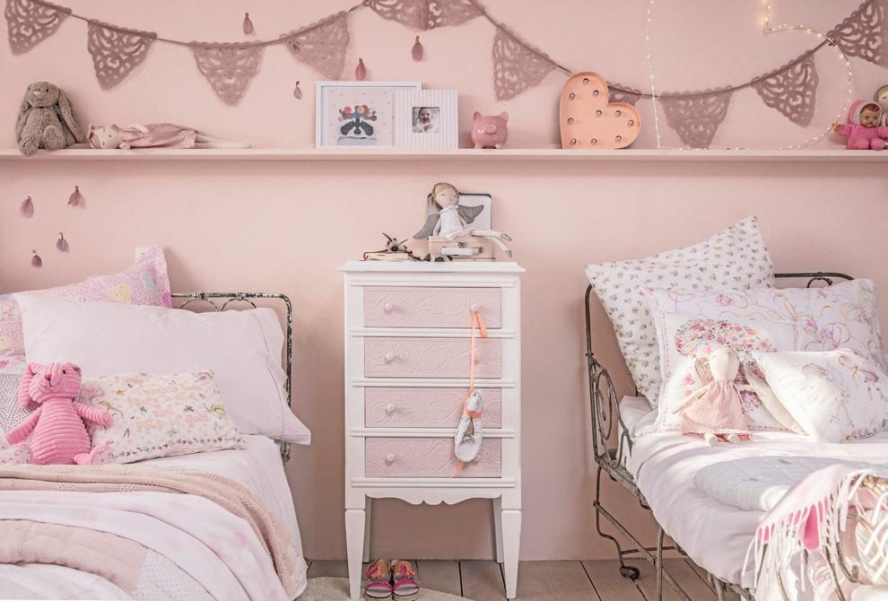 Прикроватная тумбочка с ящиками розового цвета