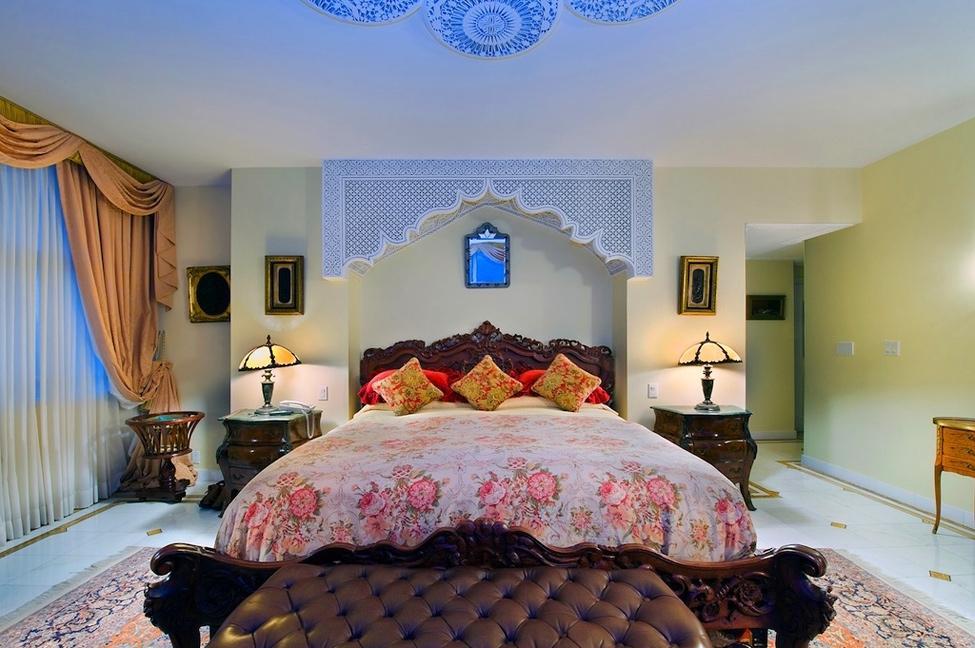 Большая кровать в спальне восточного стиля