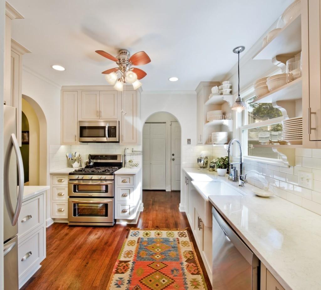 Узкий ковер с восточным рисунком на деревянном полу кухни