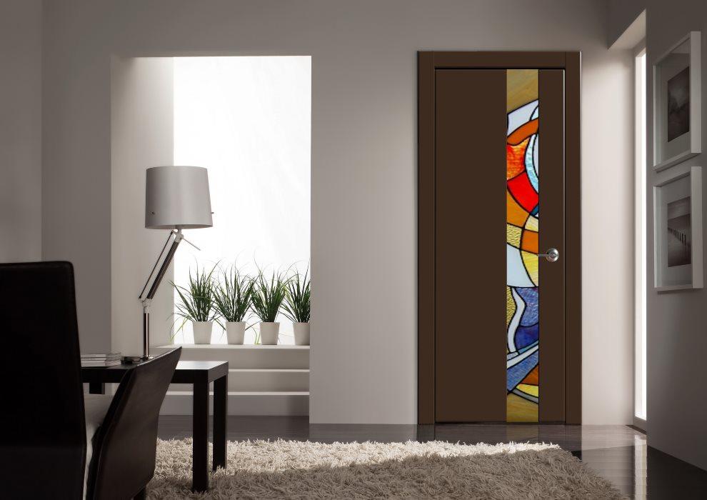 Темная дверь в гостиной стиля модерн