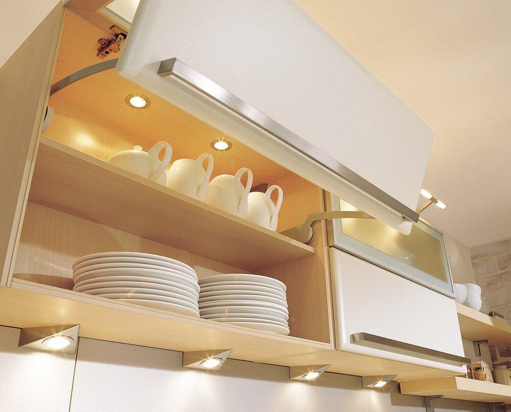 Точечные светильники внутри кухонного шкафчика