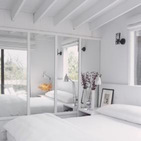встроенный шкаф купе в спальне белый
