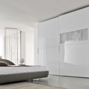 встроенный шкаф купе в спальне белого цвета