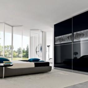 встроенный шкаф купе в спальне черного цвета