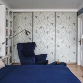 узорчатый встроенный шкаф купе в спальне