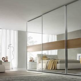 зеркальный встроенный шкаф купе в спальне