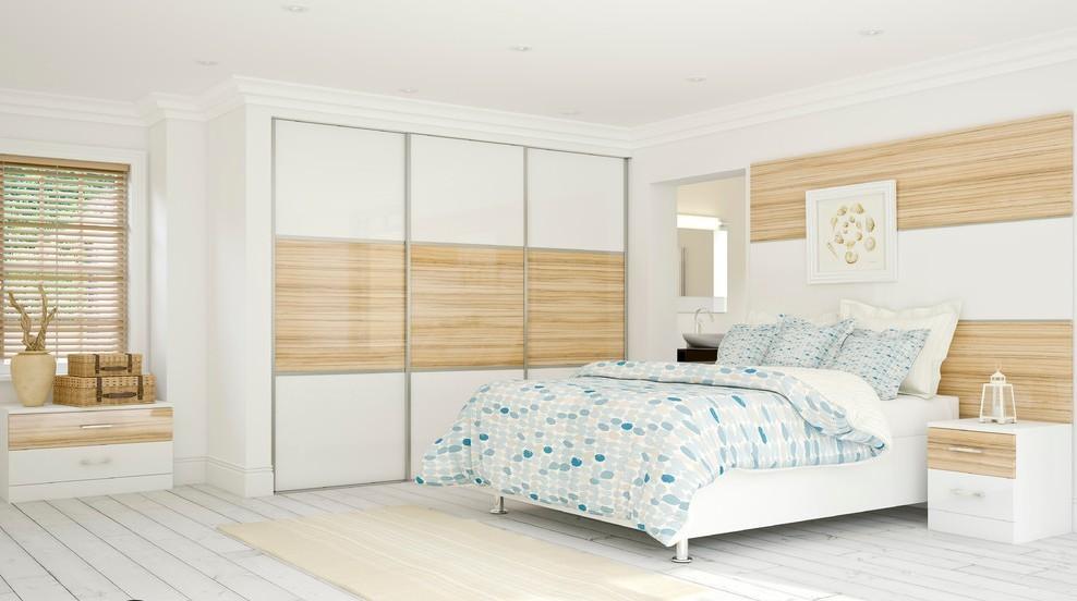 светлый встроенный шкаф купе в спальне