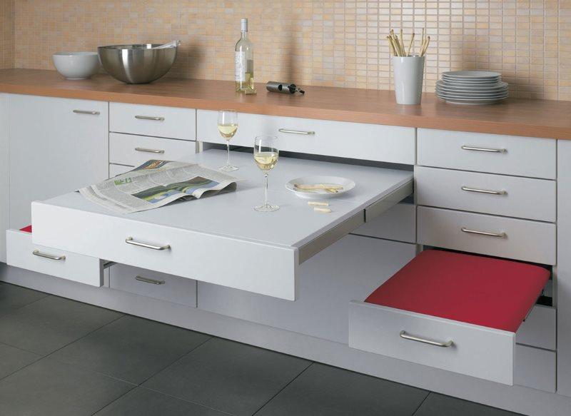 Выдвижная мебель в кухне однокомнатной квартиры