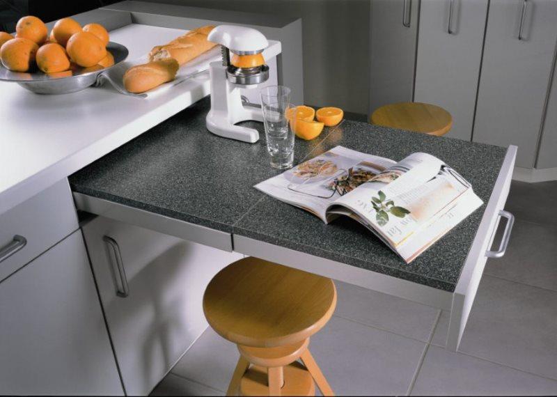Выдвижной столик в маленькой кухне