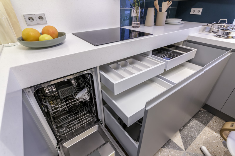 Выдвижные ящики в нижней тумбе кухонного гарнитура