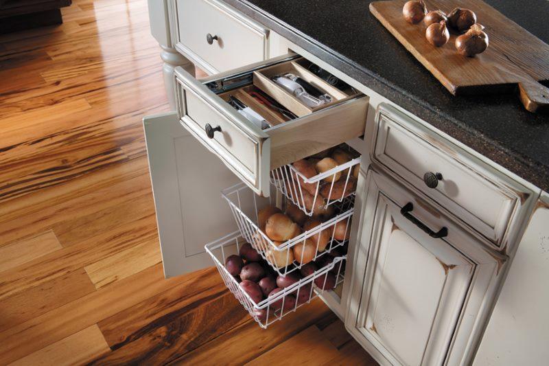 Выдвижные корзины для овощей в тумбе кухонного гарнитура