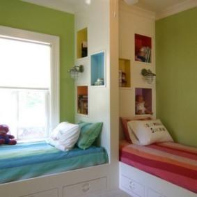яркая спальня с кроватью у окна