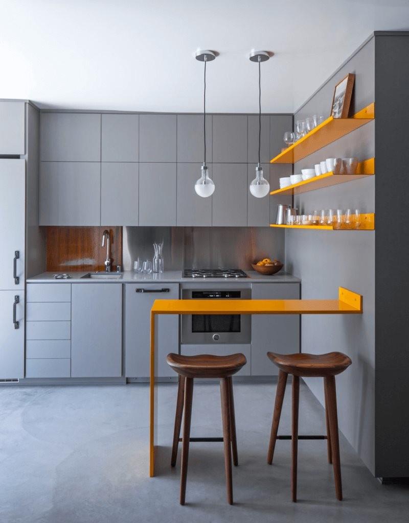Оранжевая барная стойка в кухне с серой мебелью