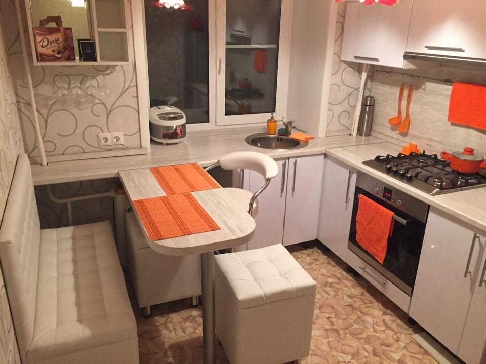 Яркие акценты в маленькой кухне