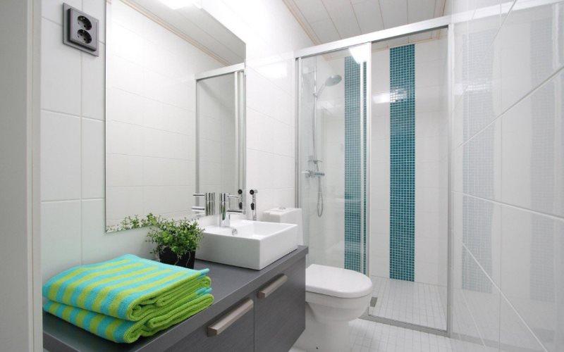 Зеленое полотенце на столешнице в ванной