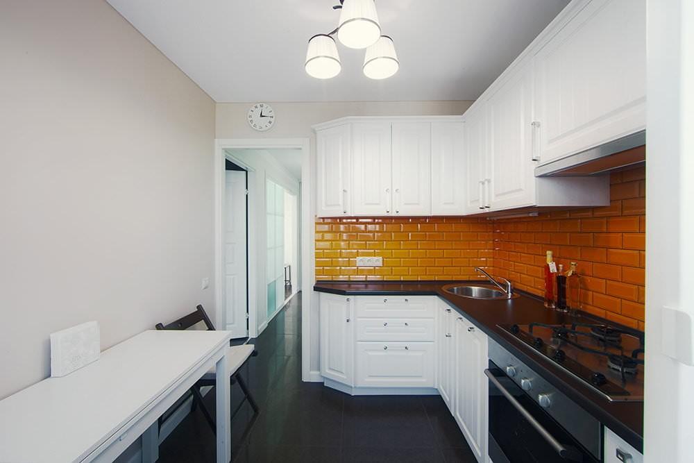 Глянцевый фартук в угловой кухне