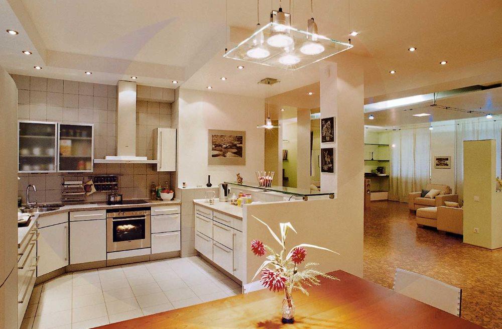 Яркий свет в кухне современного стиля