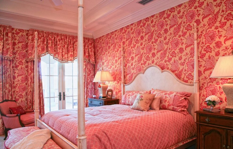 Ярко-розовые обои в тон плотным занавескам