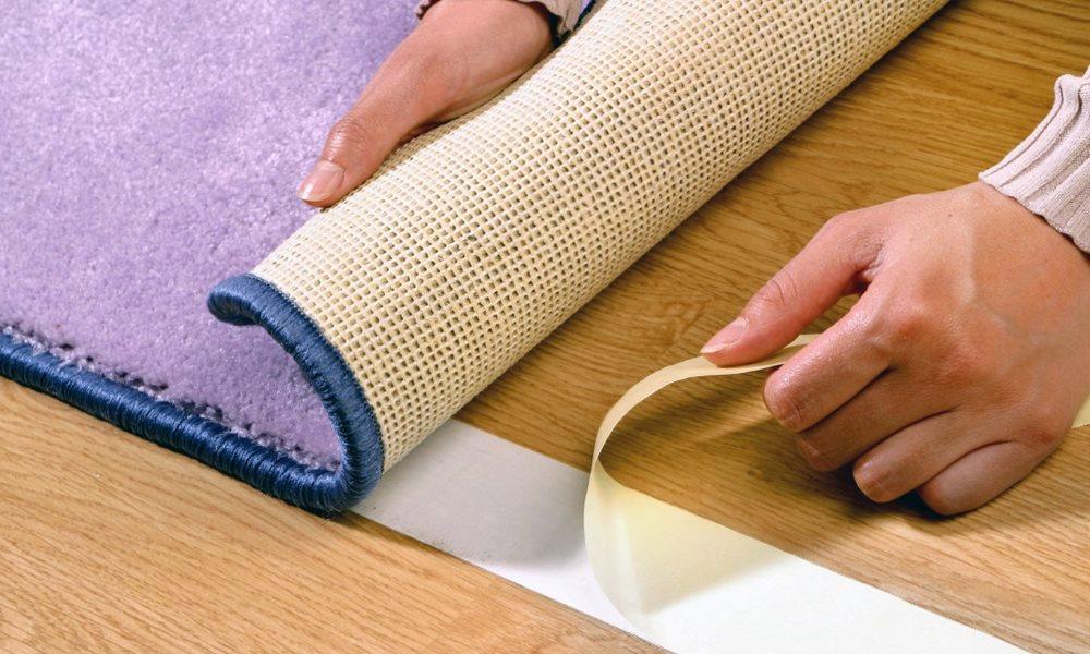 Закрепление кухонного коврика скотчем своими руками