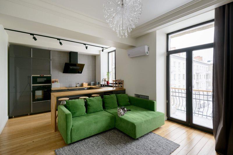 Зеленый угловой диван в кухне-гостиной