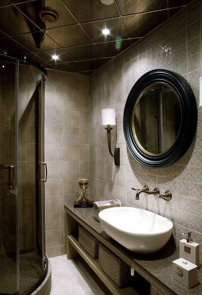 Маленькая ванная с зеркальным потолком