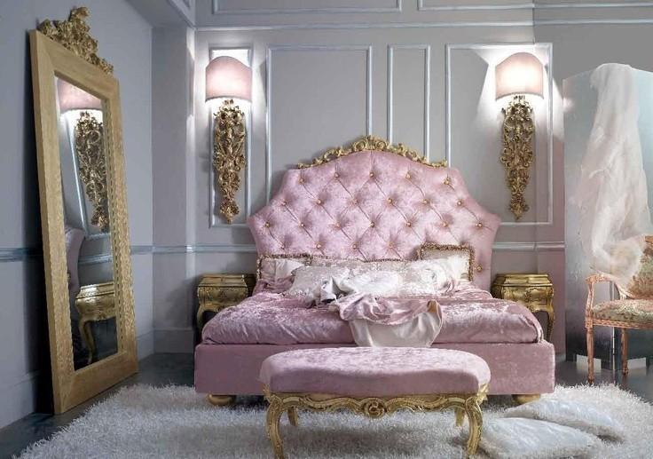 Большое зеркало в деревянной оправе на полу спальни