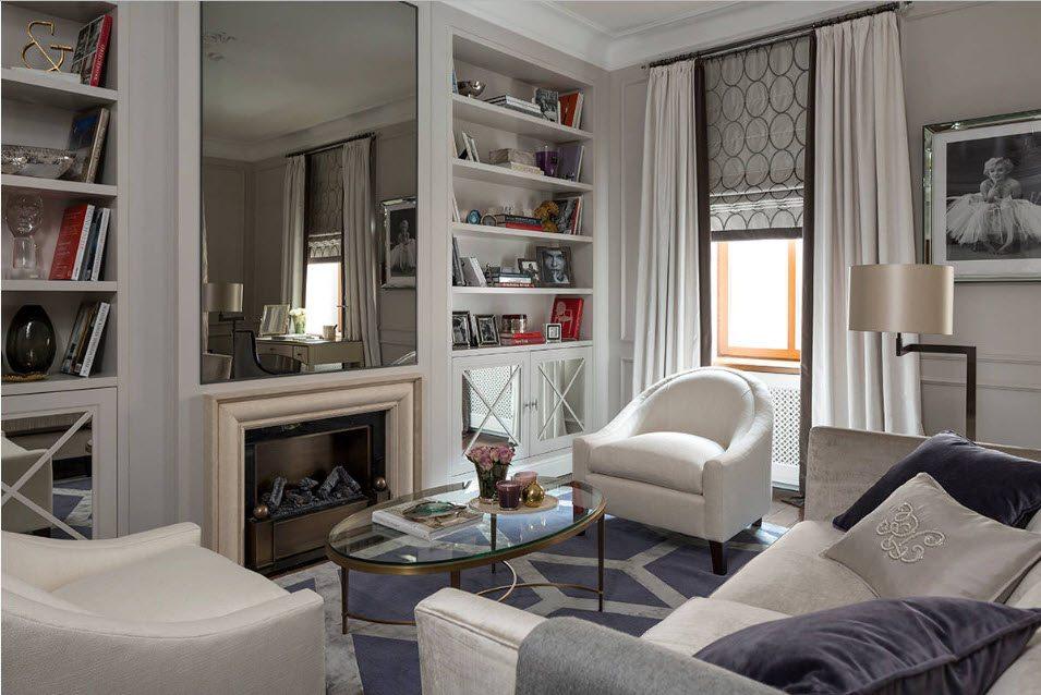 Интерьер небольшой гостиной с зеркалом над камином