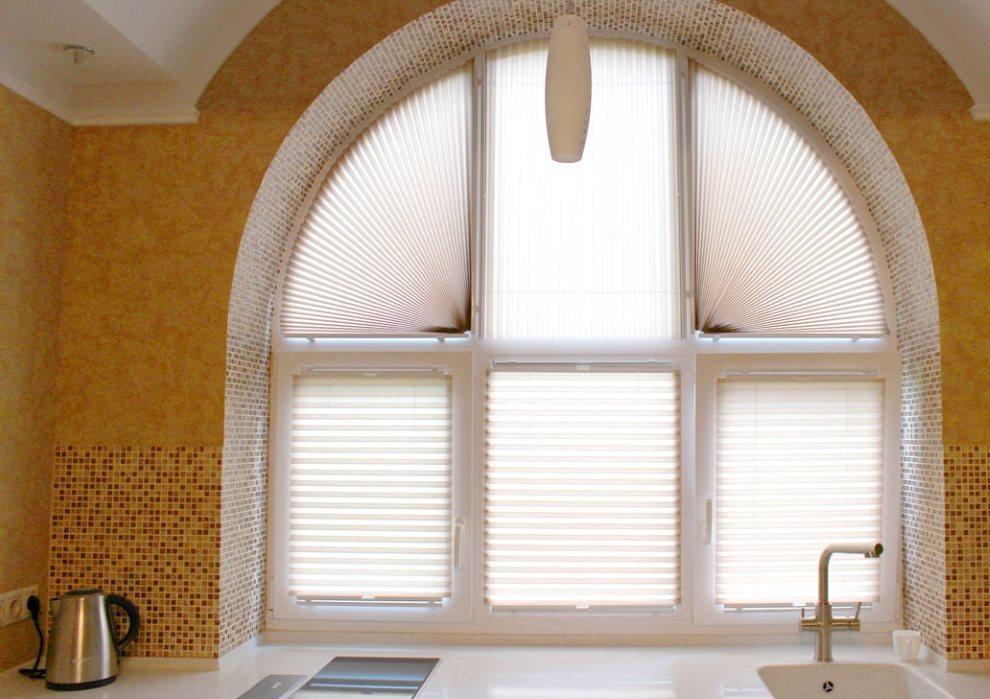 Шторы плиссе на арочном окне кухни