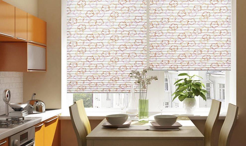 Обеденная зона кухни с жалюзи на окне