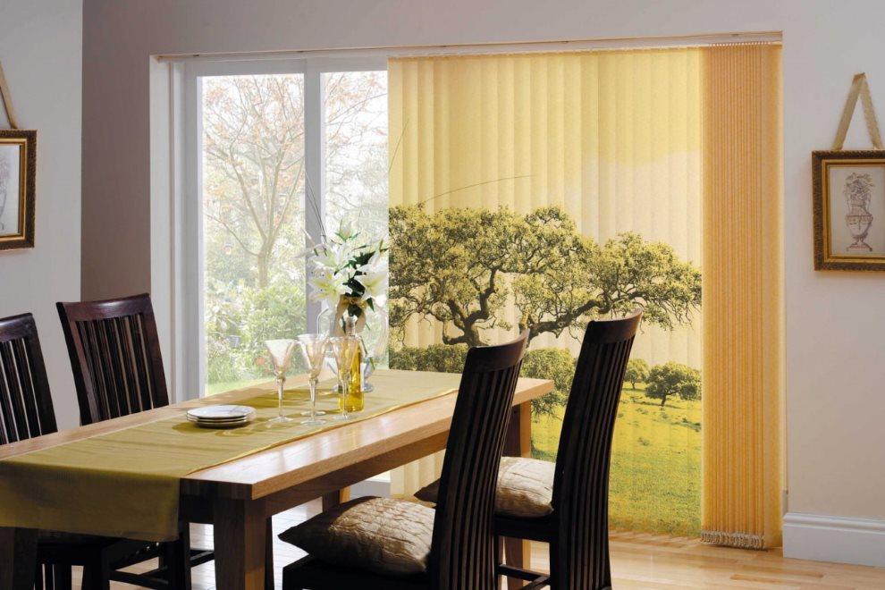 Жалюзи с фотопечатью на большом окне кухни