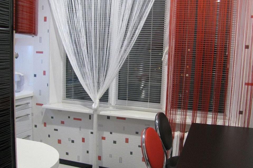 Сочетание горизонтальных жалюзи с тюлем на окне кухни