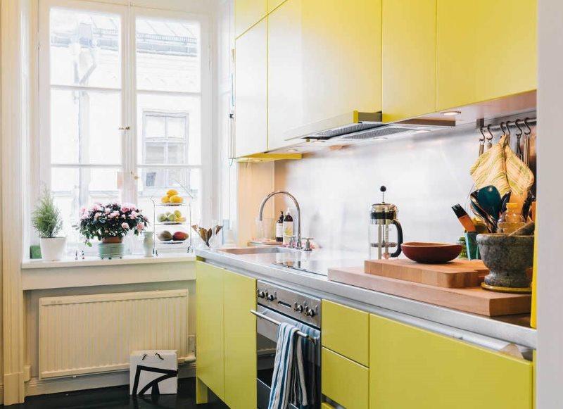 Прямой гарнитур с желтыми дверками