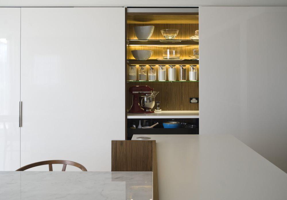 Желтая подсветка шкафчика с древесной фактурой