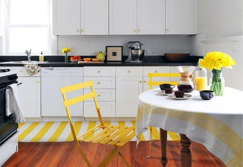 Желто-белый коврик в качестве акцента на кухне