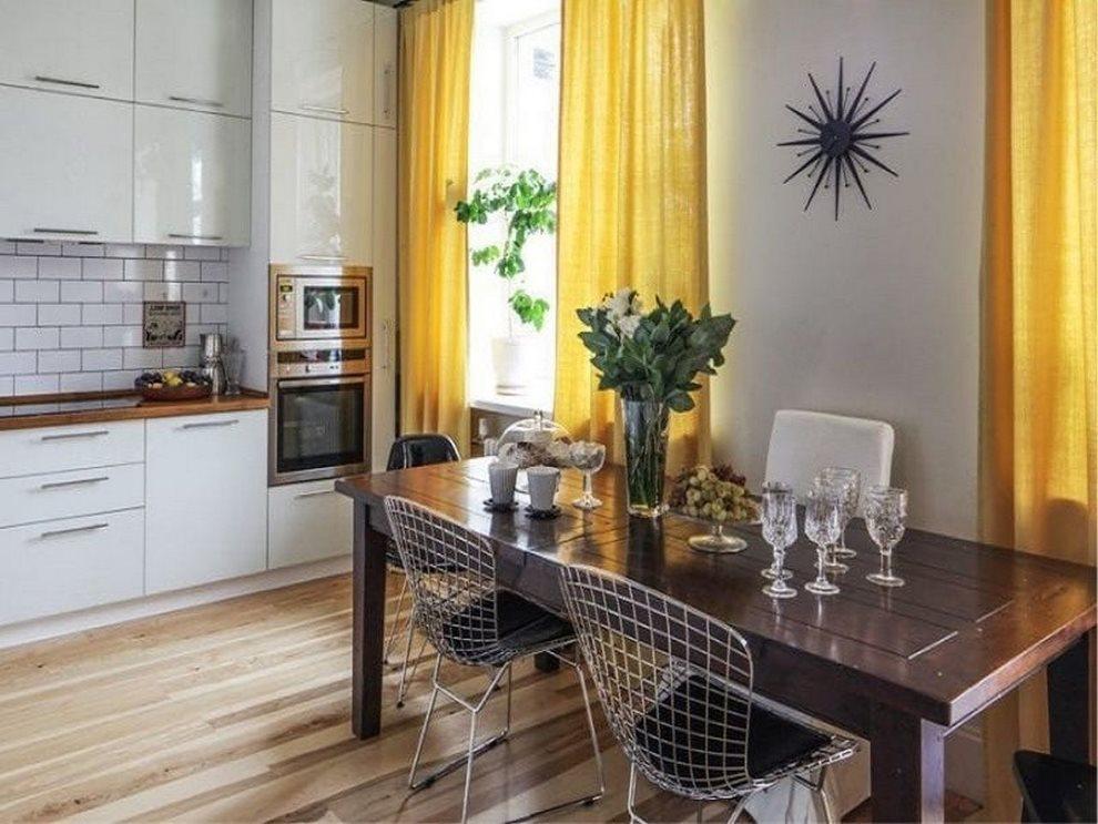 Желтые занавески в кухне с белым гарнитуром