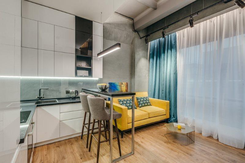 Прямой диван в интерьере кухни в стиле лофт
