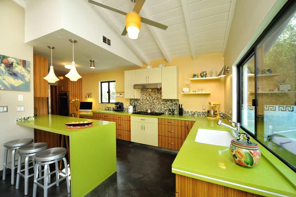 Желтый ламинат на стене рабочей зоны кухни