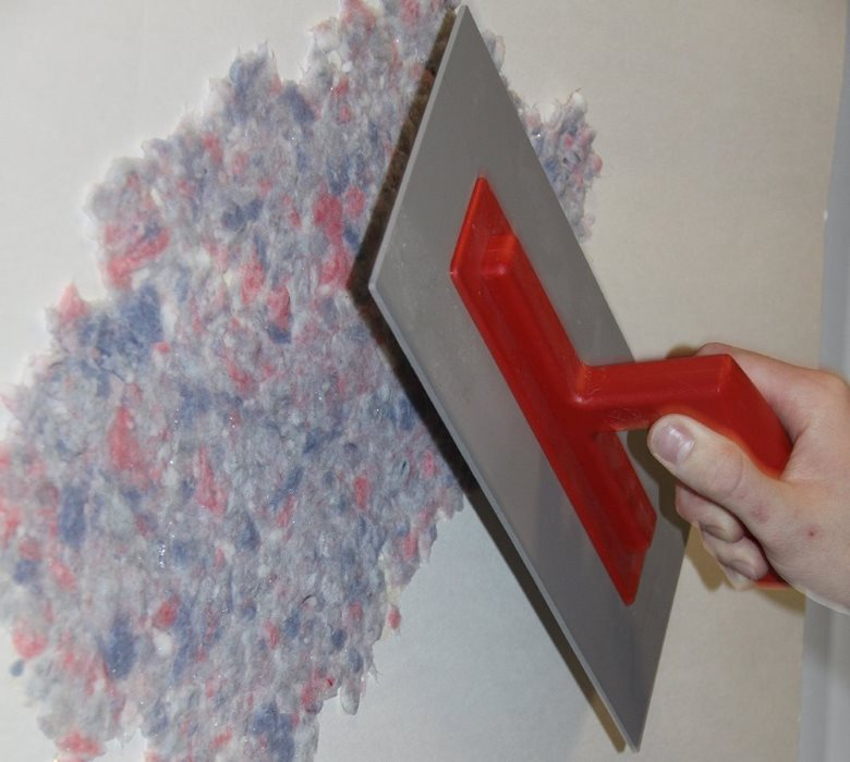 Нанесение жидких обоев на стену кухни