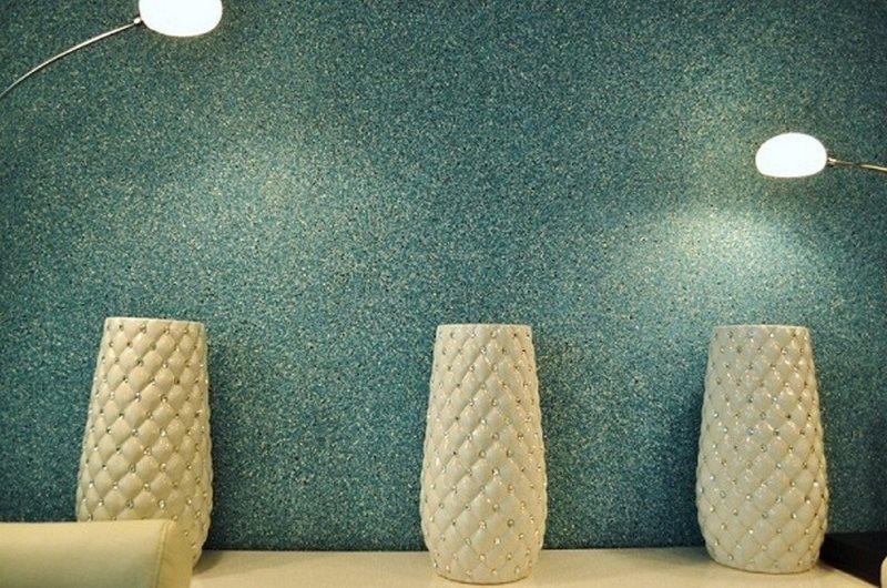 Декоративные вазы на фоне стены с жидкими обоями