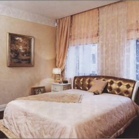 золотистая спальня с кроватью у окна