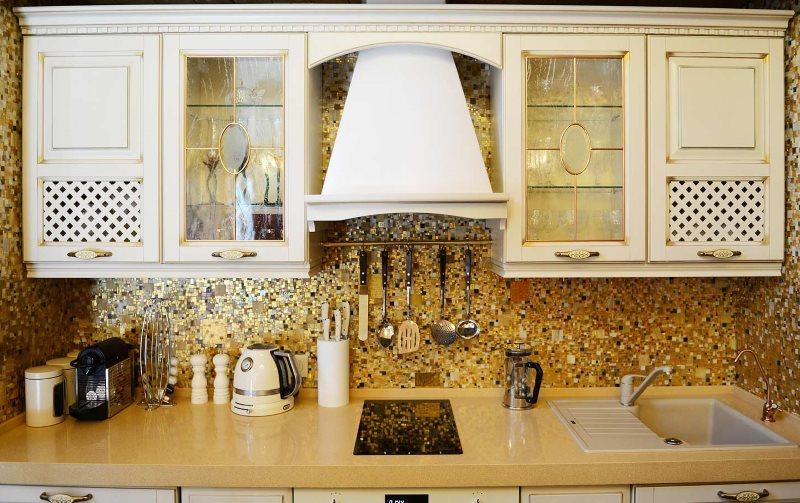 Декор классической кухни позолоченной мозаикой