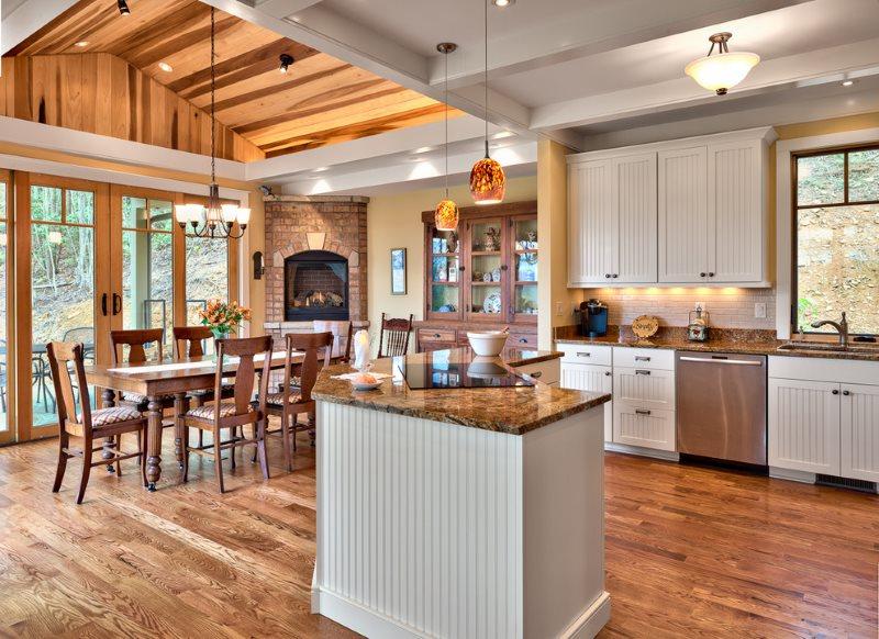 Разделение потолочным покрытием кухни-столовой