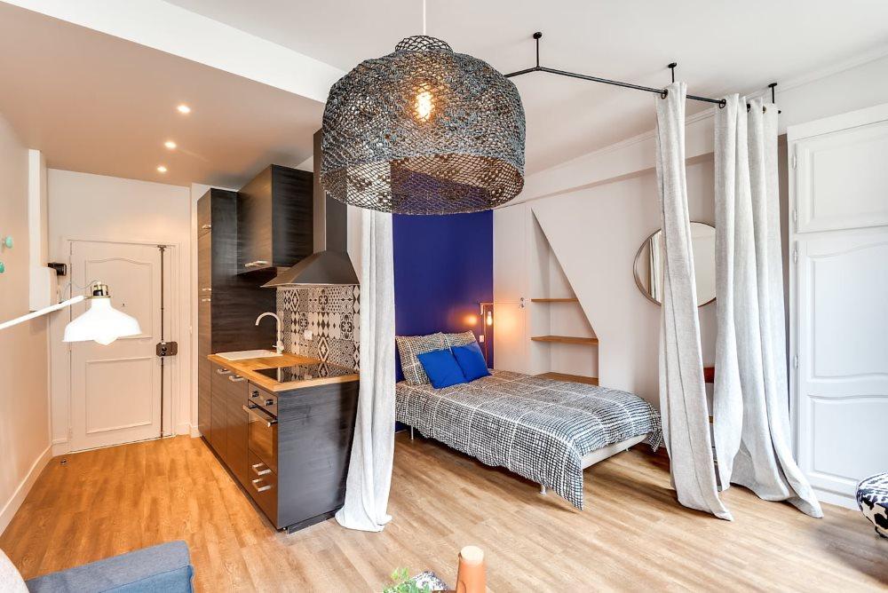 Зонирование квартиры-студии плотной занавеской