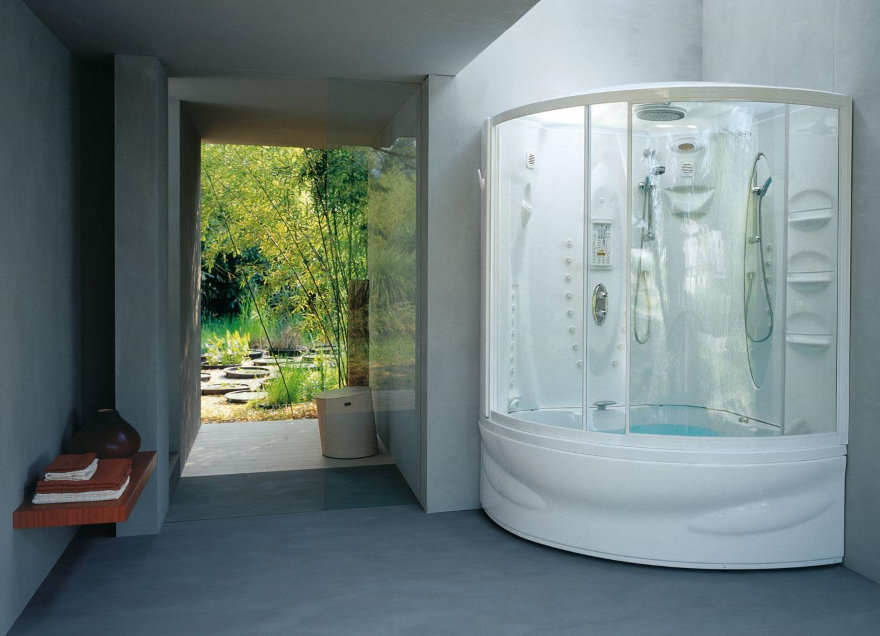 Угловая ванна со шторками из прозрачного пластика
