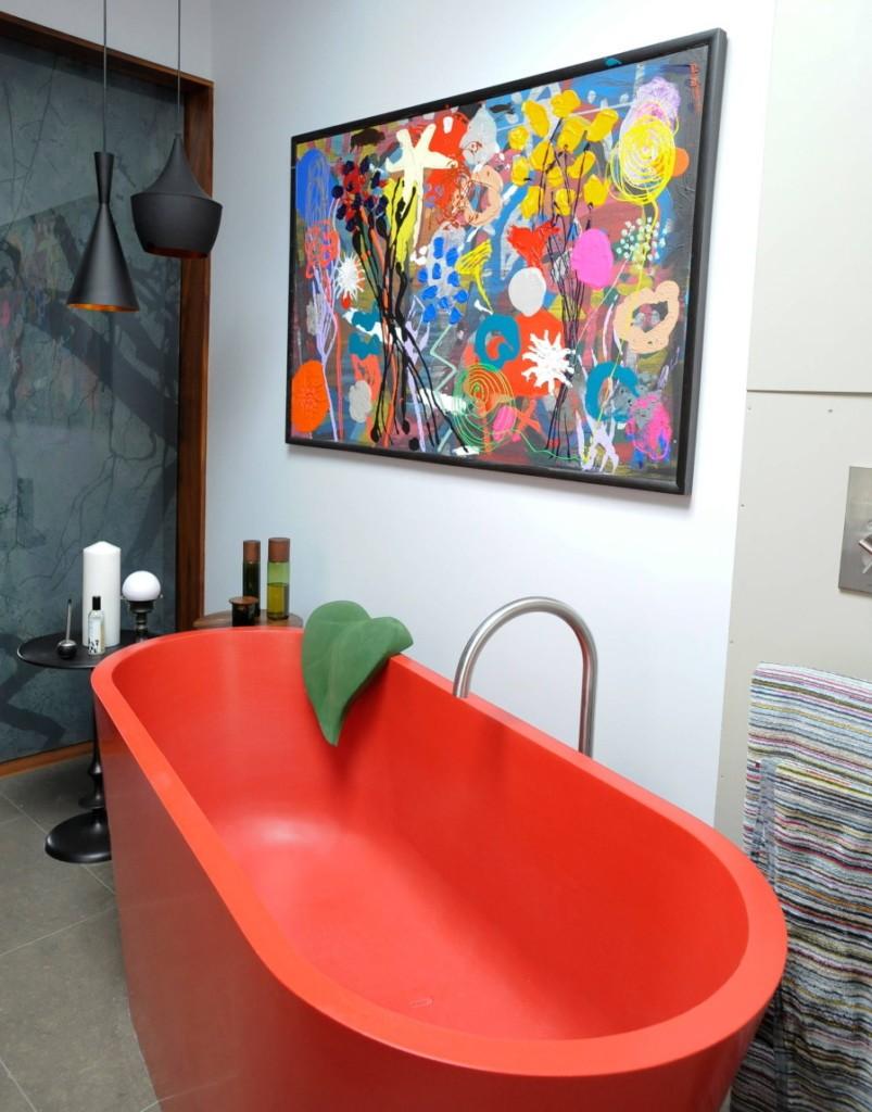Матовая акриловая ванна красного цвета в небольшой комнате