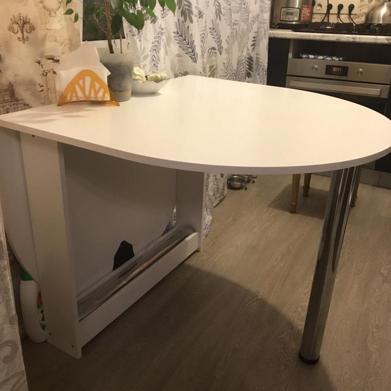 акриловый стол у стены