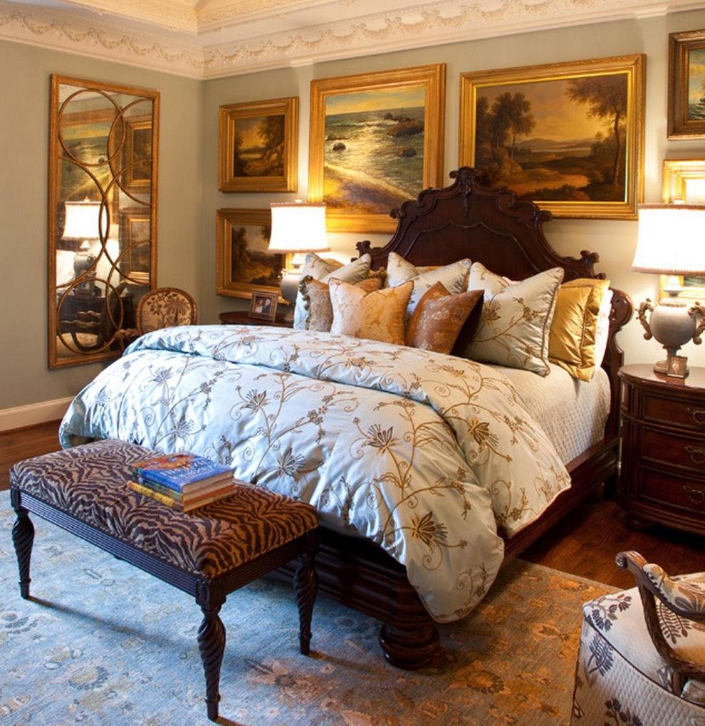 Картины в рамках на стене спальни в британском стиле